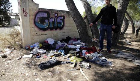 Gregorio Gutiérrez assenyala un abocador de roba.