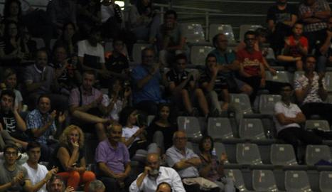 Jorge Serna i Miki Feliu donen instruccions als jugadors en pista.
