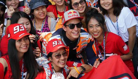 Marc Màrquez es va fotografiar amb seguidors tailandesos al nou traçat de Buriram.