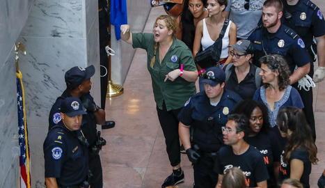 L'actriu Amy Schumer (c) gesticula al ser detinguda juntament amb centenars d'altres manifestants.