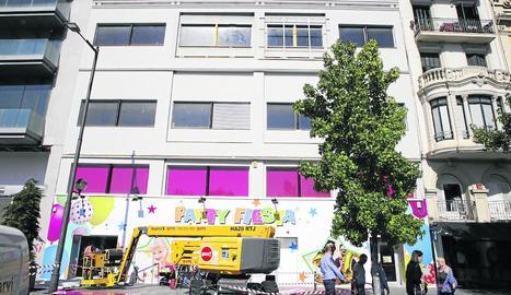 Operaris van retirar ahir el gran rètol de la façana.