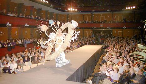 de museu. A l'esquerra,  alguns dissenys al Museu de Vestits de Paper de Mollerussa.  A la dreta, dissenys miniatura que llueixen les nines Barbie. Autèntiques obres mestres.