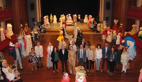 Les autoritats, en un teatre L'Amistat ple de vestits de paper.