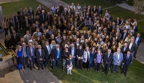 Foto de família dels assistents a la festa del col·legi divendres, al Palau de Margalef.