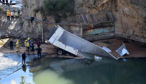 El camió va quedar submergit al riu Segre després de precipitar-se ahir des d'una altura de 30 metres des del pont de Peramola.