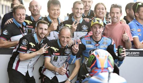 Marc Màrquez celebra la seua 'pole' en el Gran Premi de Tailàndia al costat dels italians Valentino Rossi i Andrea Dovizioso.