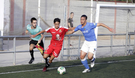 Un jugador del Lleida en persegueix un del Nàstic, ahir a Gardeny.