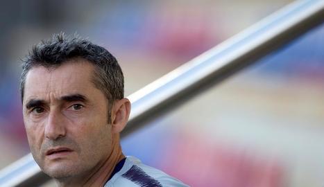 Ernesto Valverde, durant l'entrenament d'ahir a la Ciutat Esportiva.