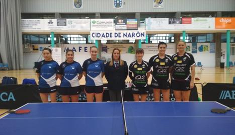 Fotografia de grup de les integrants de tots dos equips abans de començar el partit.