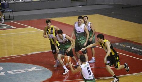Carlos Gasque i Víctor Vinós tornen a la seua pista després d'un error en atac.