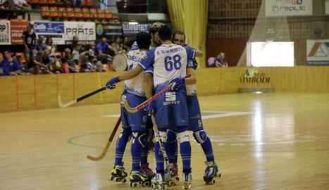 Jugadors del Llista celebren un dels gols contra el Sant Cugat.