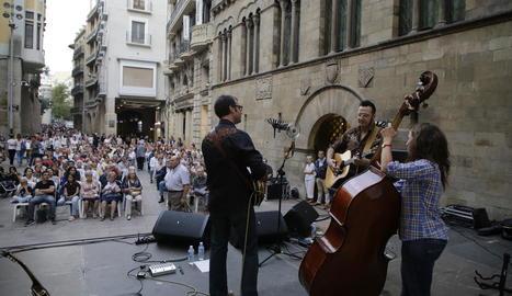 El folk jazz de Lluís Gómez Trio va animar, a la tarda, la plaça Paeria amb els temes del seu nou disc, 'Dotze contes'.
