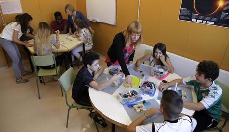 Els alumnes han de respondre a unes qüestions construint la seua realitat amb peces de Lego.