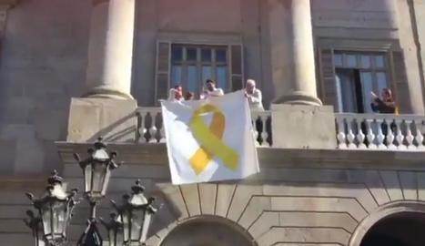 Edils de Cs traient un llaç groc del consistori de Barcelona.