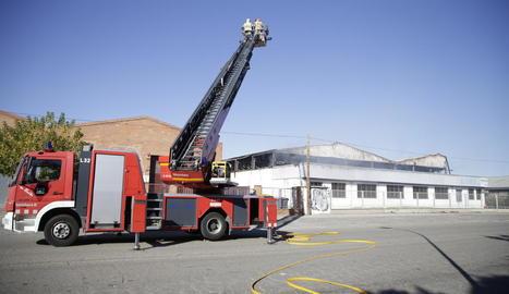 Un incendi calcina una nau industrial en el polígon El Segre