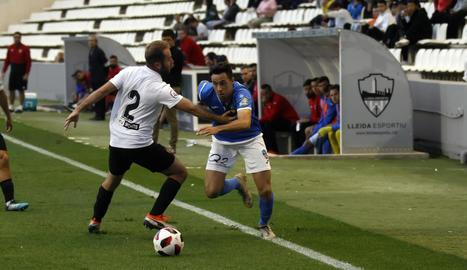 Pedro Martín intenta superar a la banda dreta Badal, en una acció de la segona part.