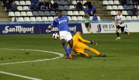 Alpha, pispant la pilota a Rivero en l'acció en la qual va aconseguir el segon gol del partit.