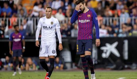 Gerard Piqué es lamenta després de l'empat a València.