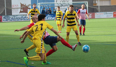 Adrià Fernández, l'autor de l'únic gol del Balaguer, disputa una pilota en una acció del partit.