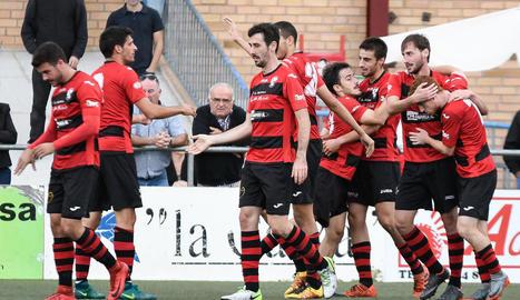 Els jugadors de l'EFAC celebren el que seria el gol de la victòria.