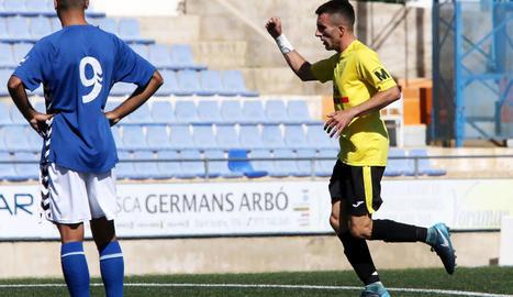 Riki celebra el gol que va donar els tres punts al Mollerussa al camp del Rapitenca.