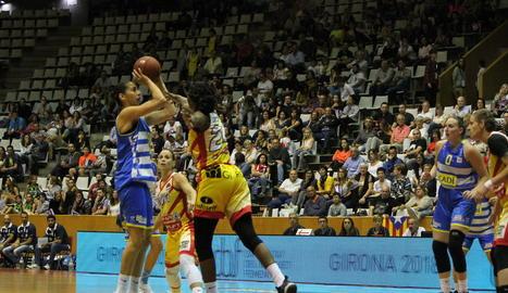 Anniina Aijanen llança una cistella durant la final de la Lliga Catalana disputada a Fontajau.