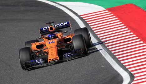 Lewis Hamilton al podi celebrant la victòria després de la carrera.