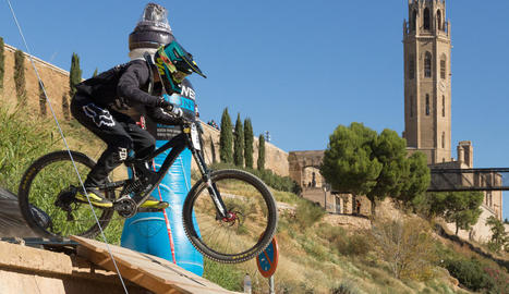 Un dels participants de la Lleida Down Town Internacional superant un dels obstacles de la prova amb la Seu Vella darrere.