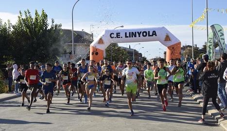 Un grup d'atletes ahir, al moment de prendre la sortida de la Cursa del Caragol.