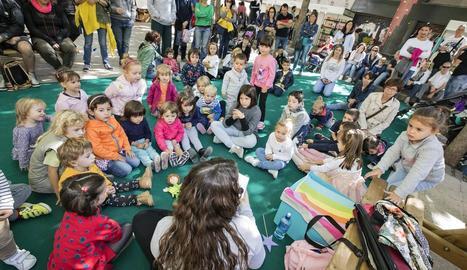 Un taller infantil a la plaça de les Nacions sense Estat.