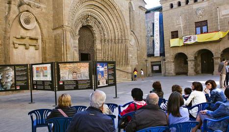 L'exposició està situada just davant de la portalada romànica de la capital de la ribera del Sió.