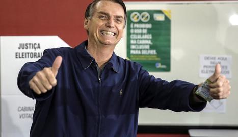 El candidat ultradretà Jair Bolsonaro, després de votar ahir.