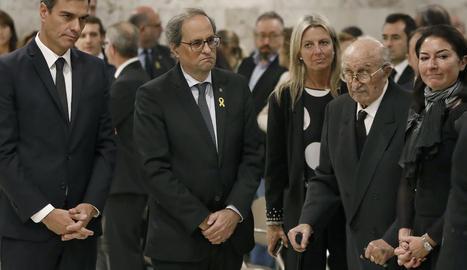 El president del Govern, Pedro Sánchez, i el president de la Generalitat, Quim Torra, al costat del marit i la filla de la soprano.