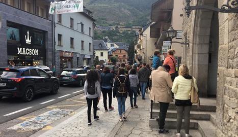 Turistes passejant pels carrers de Vielha l'agost passat.