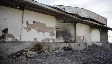 Estat en què ha quedat la nau d'Ilersis-Shalom al polígon després de l'incendi registrat diumenge a la matinada.