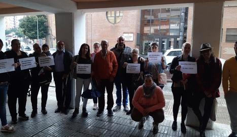 Membres de Mariola en Moviment, comerciants i veïns del barri, ahir davant del centre cívic.