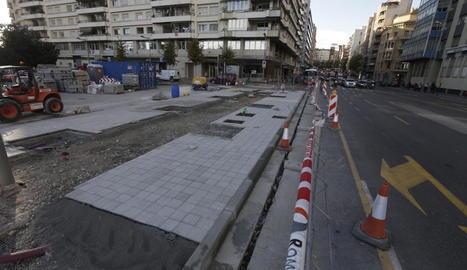 Estat de les obres del carril bici a l'avinguda Catalunya, ahir.