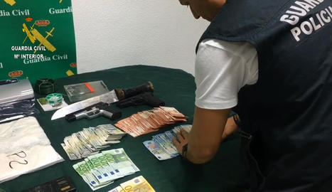 Vista de la droga i els diners intervinguts durant l''operació Barnitania' de la Guàrdia Civil.