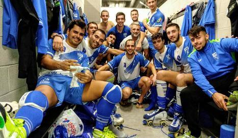 Els jugadors del Lleida Llista celebren al vestidor la victòria i el liderat.