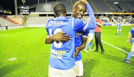 Mousa i Alpha s'abracen després del partit de diumenge passat.