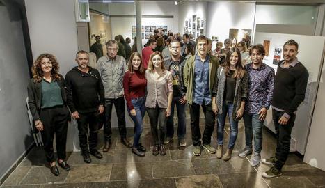 Foto de família dels artistes que han participat en l'exposició 'Caixa Negra/Fotografia18'.
