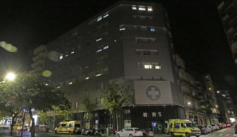 Ambulàncies van traslladar ahir els primers pacients a altres centres.