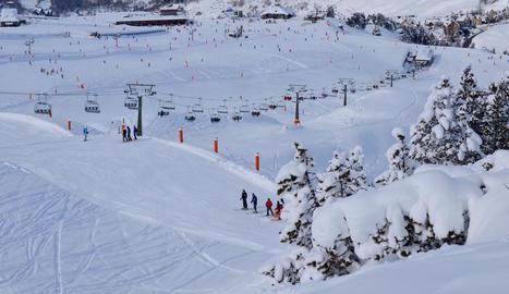 Imatge d'arxiu d'esquiadors a les pistes de Baqueira-Beret.