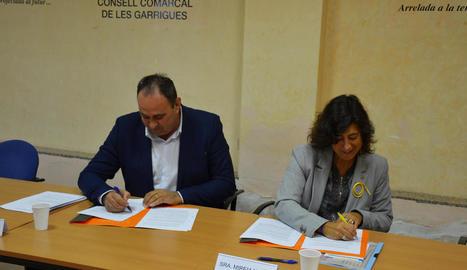 La firma de l'acord entre consell i Generalitat ahir.