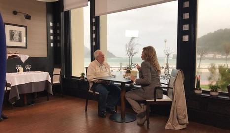 Juan Maria Arzak conversa amb Mari Cruz Soriano davant la platja de La Concha, a Sant Sebastià.