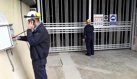Operaris durant el simulacre d'incendi a la central de Canelles