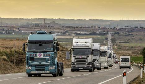 Els camions per l'N-240 entre Lleida i les Borges Blanques, que van marxar lentament entre les dos poblacions.
