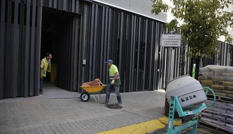 Tècnics i enginyers van analitzar ahir l'estructura i van apuntalar l'edifici per dins.
