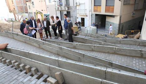 Larrosa i Gómez, ahir durant la visita d'obres del carrer Botera.