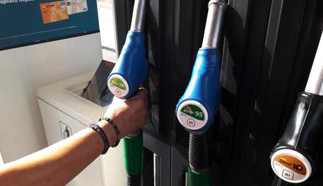 Sortidors de gasolina a Lleida amb les noves etiquetes.
